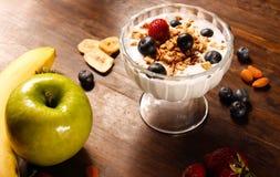 Gezonde ontbijtyoghurt met aardbei en bosbessen stock foto's