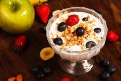 Gezonde ontbijtyoghurt met aardbei en bosbessen royalty-vrije stock fotografie