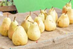 Gezonde Organische gele Peren op de lijst met jute bij dorpsmarkt Peren van William Bartlett van de fruitoogst de verse geplukte  stock foto