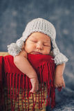Gezonde pasgeboren baby in grappige hoedenslaap in mand Royalty-vrije Stock Afbeelding