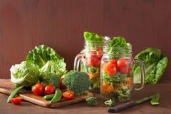 Gezonde plantaardige salade in metselaarkruik tomaat, broccoli, wortel, royalty-vrije stock foto