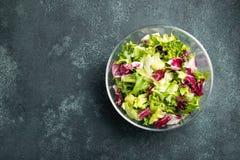 Gezonde plantaardige salade van verse tomaat, komkommer, ui, spinazie, sla en pompoenzaden in kom Dieetmenu Hoogste mening met co royalty-vrije stock foto's