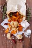 Gezonde plantaardige spaanders op papier met overzees zout, rozemarijn en knoflook Royalty-vrije Stock Fotografie