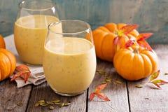 Gezonde pompoen smoothie met chiazaad in glazen Royalty-vrije Stock Afbeeldingen
