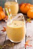 Gezonde pompoen smoothie met chiazaad in glazen Royalty-vrije Stock Afbeelding