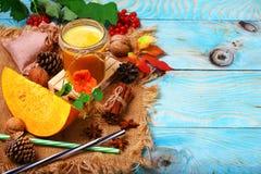 Gezonde pompoen smoothie met kaneel op een houten achtergrond, het concept van de dalingsdrank De vlakke exemplaarruimte, legt stock foto