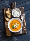 Gezonde quinoa wortelsoep met de kaas, de zaden en de noten van feta op rustieke donkere houten raad Stock Foto's