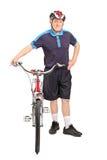 Gezonde rijpe mens die een fiets duwen Stock Foto's