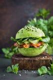Gezonde ruwe avocadohamburger met gezouten zalm en verse vegetabl Stock Afbeeldingen