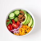 Gezonde salade met avocado, arugula, komkommers, peper, pecannoot nu Royalty-vrije Stock Foto's