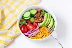 Gezonde salade met avocado, arugula, komkommers, peper, pecannoot nu Royalty-vrije Stock Afbeelding