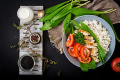 Gezonde salade met kip, tomaten, wilde knoflook en rijst Stock Foto's