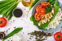 Gezonde salade met kip, tomaten, wilde knoflook en rijst Royalty-vrije Stock Foto