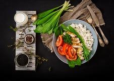 Gezonde salade met kip, tomaten, wilde knoflook en rijst Royalty-vrije Stock Fotografie