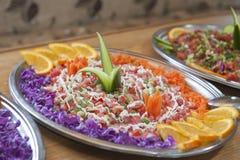 Gezonde salade op een zilveren dienend dienblad Royalty-vrije Stock Afbeeldingen