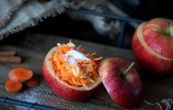 Gezonde salade van wortelen en appelen Gezond dessert Stock Afbeeldingen