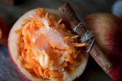Gezonde salade van wortelen en appelen Gezond dessert Royalty-vrije Stock Afbeelding