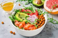 Gezonde saladekom met zalm, grapefruit, kruidige kekers, avo stock foto's