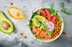 Gezonde saladekom met zalm, grapefruit, kruidige kekers, avo royalty-vrije stock fotografie