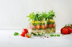 Gezonde saladekruik met quinoa en groenten, kersentomaten, komkommer, ruccola Ruwe vegetarische maaltijd voor dieet, detox Royalty-vrije Stock Foto's