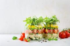 Gezonde saladekruik met quinoa en groenten, kersentomaten, komkommer, ruccola Ruwe vegetarische maaltijd voor dieet, detox Royalty-vrije Stock Fotografie