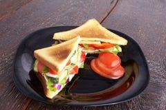 Gezonde sandwiches met zachte kaas en ruwe de lentegroenten op kernachtig roggebrood royalty-vrije stock afbeelding
