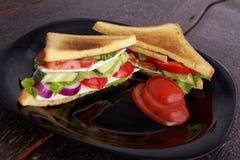 Gezonde sandwiches met zachte kaas en ruwe de lentegroenten op kernachtig roggebrood stock afbeeldingen