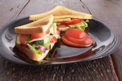 Gezonde sandwiches met zachte kaas en ruwe de lentegroenten op kernachtig roggebrood stock foto's