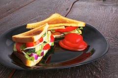 Gezonde sandwiches met zachte kaas en ruwe de lentegroenten op kernachtig roggebrood royalty-vrije stock afbeeldingen