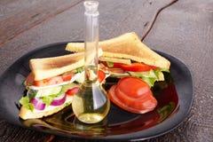 Gezonde sandwiches met zachte kaas en ruwe de lentegroenten op kernachtig roggebrood stock afbeelding