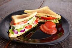 Gezonde sandwiches met zachte kaas en ruwe de lentegroenten op kernachtig roggebrood royalty-vrije stock fotografie