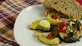 Gezonde schotel, geroosterde oncorhynchusketa met groenten in de witte plaat HD videoomwenteling stock video