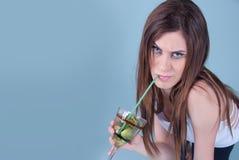 Gezonde slanke jonge vrouw, die een stro in kiwi houden Royalty-vrije Stock Afbeelding