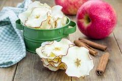 Gezonde Snack Eigengemaakte appelspaanders royalty-vrije stock fotografie