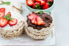 Gezonde Snack van Rijstcakes met Uitgespreide Hazelnoot, Ricotta Chee stock fotografie