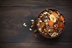 Gezonde snacks in kom op houten achtergrond Stock Fotografie