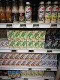 Gezonde soja gebaseerde productendranken in supermarkt Stock Afbeeldingen