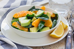 Gezonde spinazie, avocado en oranje salade met gember-azijn vulling stock foto