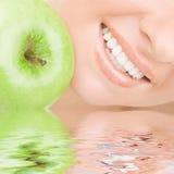 Gezonde tanden en appel royalty-vrije stock foto's
