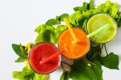 Gezonde tomaat, avocado en wortel smoothie in een glas op witte achtergrond royalty-vrije stock foto
