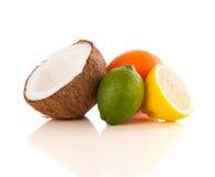 Gezonde tropische verse vruchten op witte achtergrond Royalty-vrije Stock Afbeeldingen