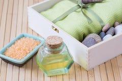 Gezonde uitrusting voor ontspanning en KUUROORDprocedures met handdoek, sto stock afbeelding