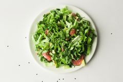 Gezonde veganist groene salade in witte kom royalty-vrije stock fotografie
