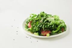 Gezonde veganist groene salade in witte kom royalty-vrije stock afbeelding
