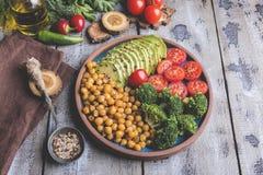 Gezonde veganistsalade met avocado, kekers, broccoli, tomaat royalty-vrije stock foto