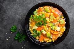 Gezonde vegetarische groentesoep met linze en groenten De soep van de linze royalty-vrije stock foto