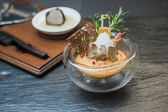 Gezonde vegetarische pompoensoep met spruiten en truffelstukken Royalty-vrije Stock Foto