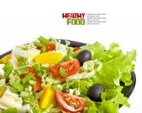 Gezonde vegetarische salade die op wit wordt geïsoleerde stock foto's