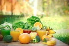 Gezonde verfrissende drank in de hete zomer, dranken, baverage organische fruit en groente stock foto's