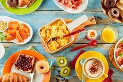 Gezonde verscheidenheid van ontbijtvoedsel op een lijst stock foto's